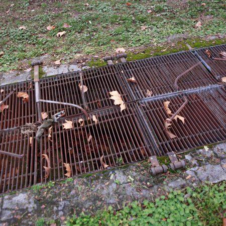 Für gewöhnlich sind die Gitter, durch die man in die unterirdische Anlage gelangt, geschlossen.