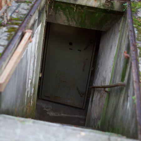 Über eine Treppe und durch Stahltüren hindurch gelangt man in die Schutzräume.