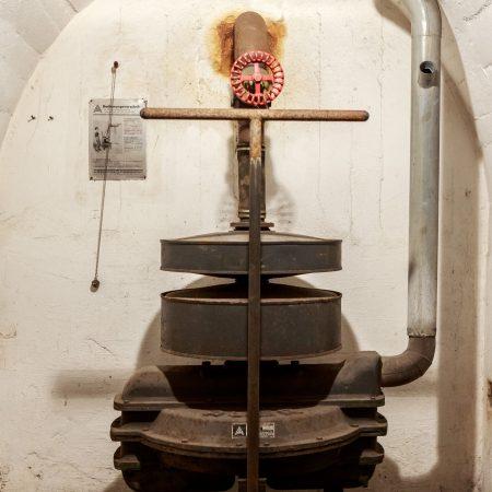 Unten wurde über eine handbetriebene Maschine dafür gesorgt, dass die Menschen ausreichend Luft zum Atem hatten.