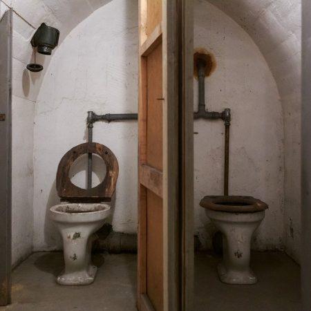 Auch an Toiletten hatte man beim Bau des Schutzraumes gedacht.