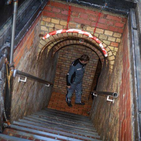 Ein Kanalnetz von etwa 2.400 Kilometern Länge bildet unterirdisch die Stadt ab. Durch den Kronleuchtersaal führt nur einer von vielen Zugängen.