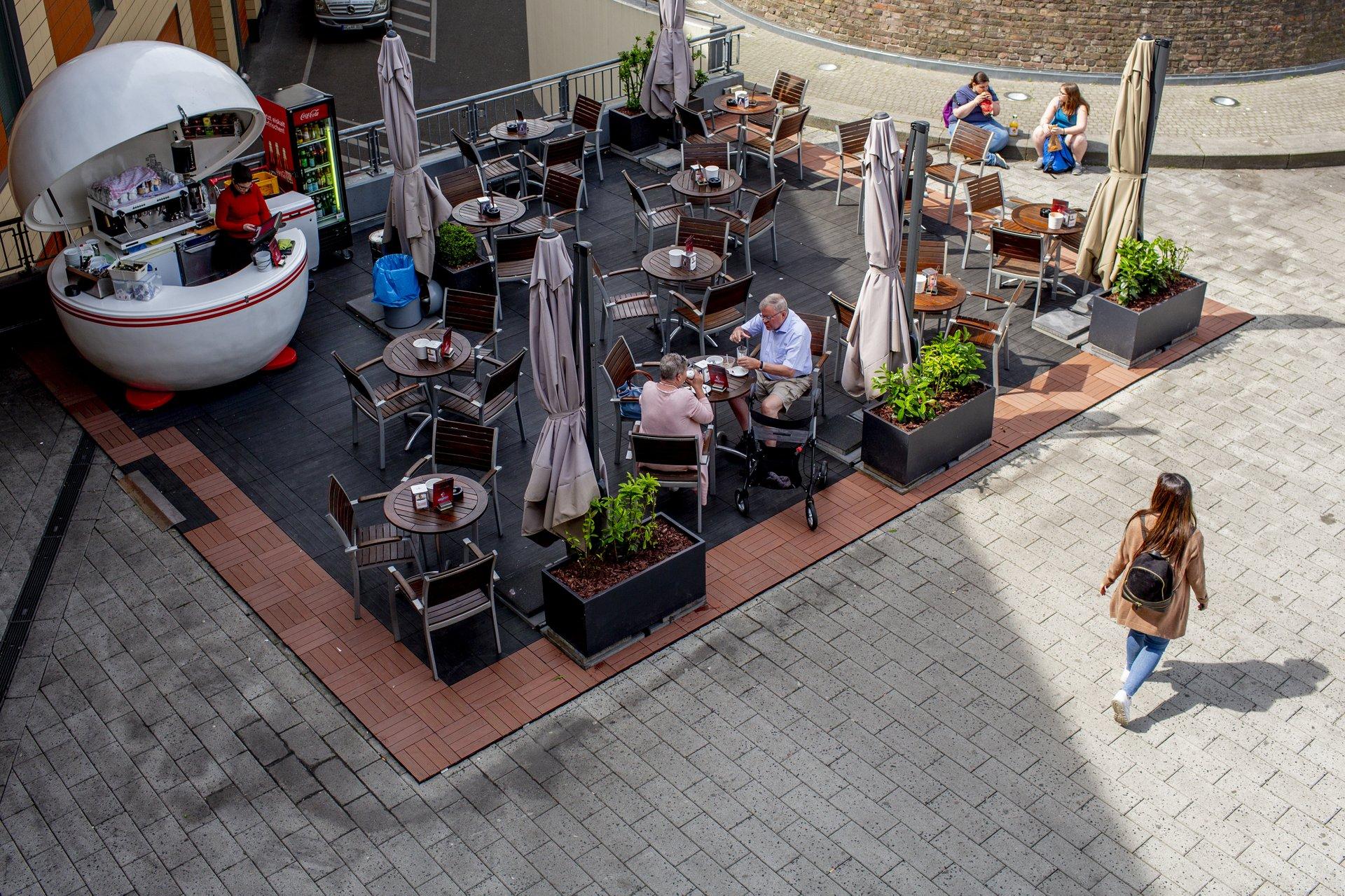 Im Café gegenüber vom Wasserturm einen Kaffee genießen.