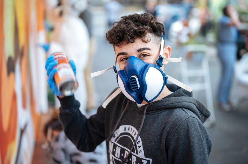 David interessiert sich nicht nur für Street Art, sondern auch für Musik. Im Jugendzentrum Fzwei rappt er regelmäßig im kleinen Tonstudio.
