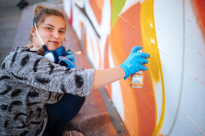 """Florina ist fast täglich im Jugendtreff Fzwei. Dort gibt es extra ein Mädchenzimmer, einen sogenannten """"Chillraum"""". Zusammen mit den anderen Jugendlichen spielt sie Karten oder backt. Die Aktivitäten inspirieren sie, deshalb war sie auch beim Street Art-Projekt sofort dabei."""