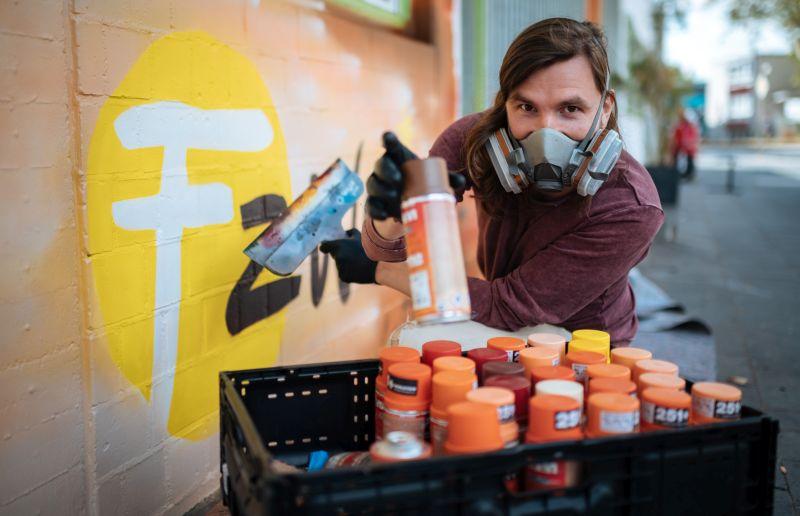 """Künstler Matthias Furch gestaltet öfter große Flächen im Street-Art-Stil zusammen mit Jugendlichen. Seine Leidenschaft für die Kunst mit der Sprühdose entdeckte er in der Garage seines Vaters: """"Mein Vater ist Fahrzeuglackierer, da hatten wir immer Dosen in der Garage stehen, und ich habe dann einfach die Garage vollgesprayt."""""""