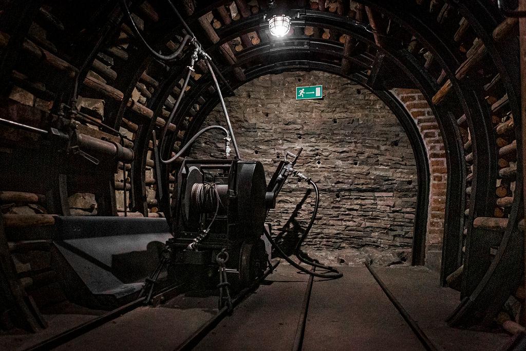 Der ganze Kellerraum ist künstlich mit Kohleflözen verkleidet, zwischen denen auf Schienen die kleine Lore fuhr. So bekamen die Studenten einen authentischen Eindruck von der Beschaffenheit echter Bergwerke.