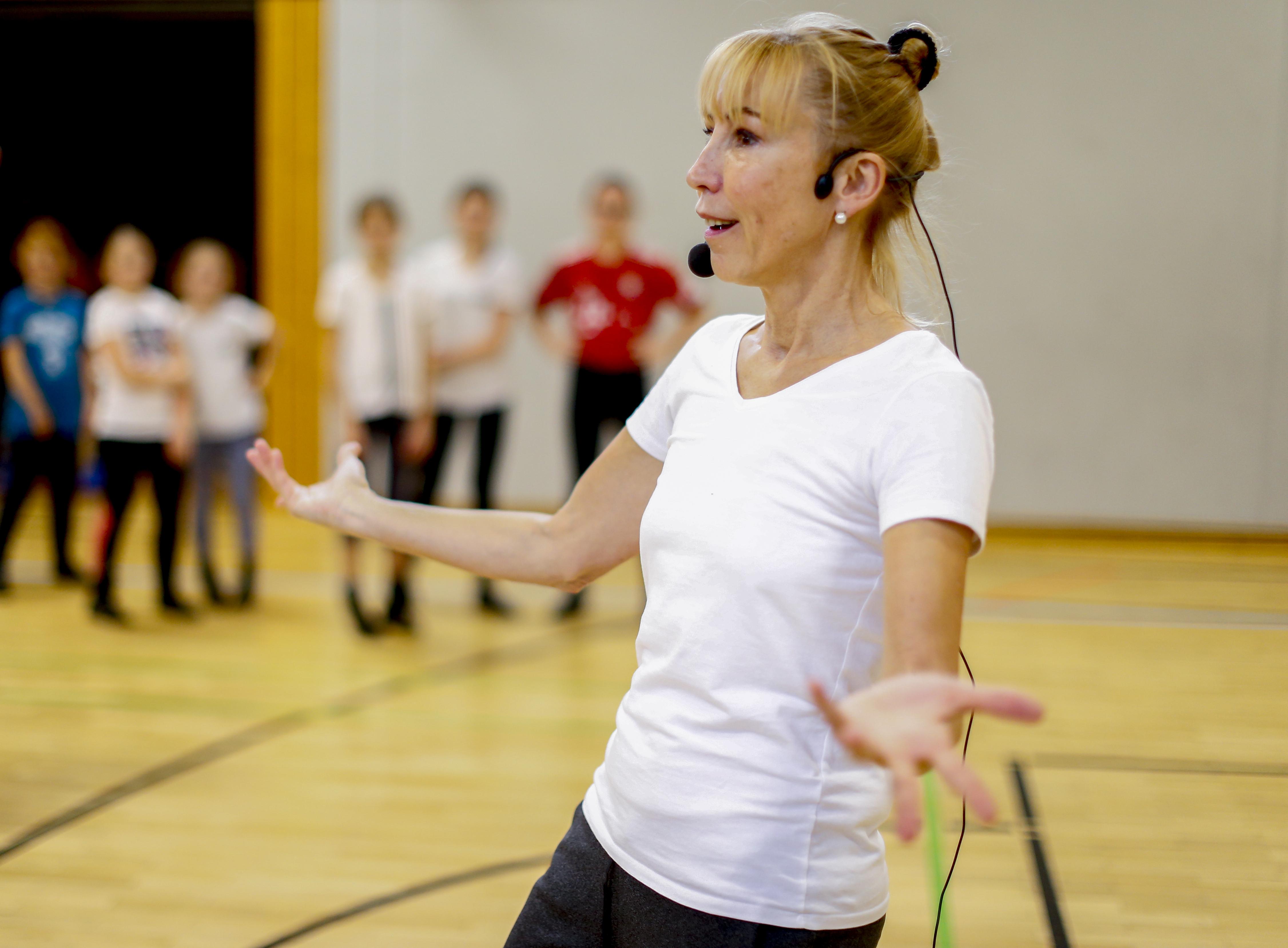 Cassia Kürten ist ausgebildete Tänzerin und Tanzpädagogin. Sie engagiert sich seit über 20 Jahren im Karneval, hat die Immisitzung choreografiert und arbeitete mit Bläck Fööss und Höhnern zusammen. Karneval und Tanz sind für sie gelebtes Brauchtum. Ihr Ziel: Den Jugendlichen nicht nur das Tanzen beibringen, sondern auch das Jeföhl.