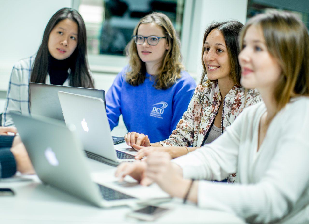 Lea Godejohann (rechts) und ihr Team kümmern sich vornehmlich um Studierende aus aller Welt, die zeitweise nach Deutschland kommen, um ehrenamtlich bei sozialen Projekten mitzuhelfen.