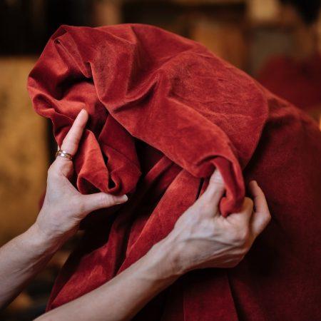 Der antike Vorhang aus Samt kostet je Element 35 Euro