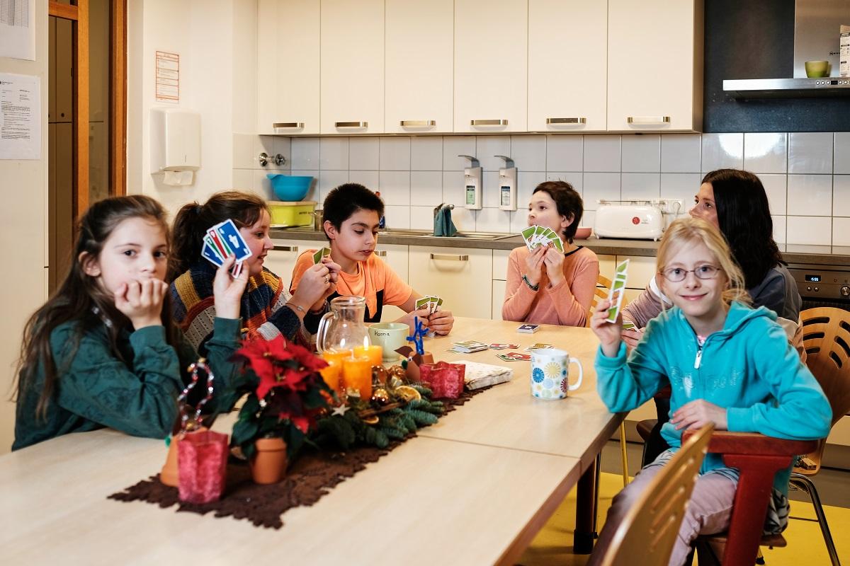 """Nach und nach trudeln die Schulkinder am Nachmittag in der Wohnung der Gruppe """"Grün"""" ein. Auf dem Tisch steht eine Kanne heißer Kakao, es gibt Kekse, die erste Kerze am Adventsgesteck flackert. Die Mädchen und Jungen sind zwischen zehn und zwölf Jahre alt und spielen das Kartenspiel """"Skip-Bo""""."""