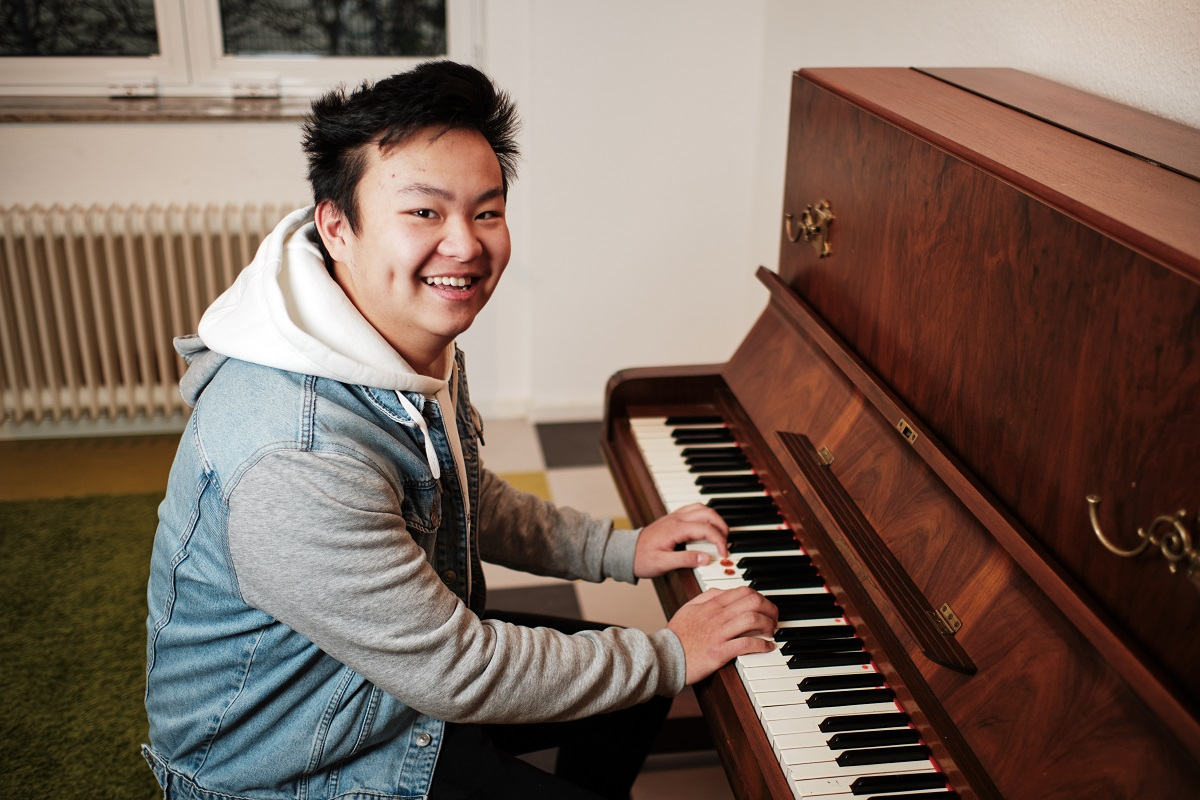Besondere Wünsche und Talente werden gefördert, so gut es geht. Hong hat schon als Kind gern auf einem Klavier geklimpert, er bekam im Heim Unterricht und kann heute ziemlich gut spielen. Nur vor Publikum traut er sich das noch nicht.