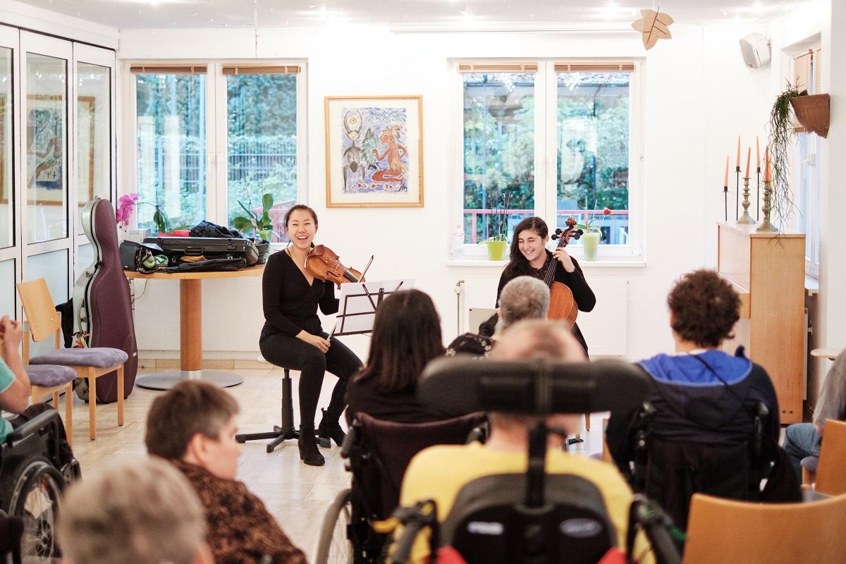 Linda Guo und Amarilis Dueñas haben sichtlich Spaß an ihrem Auftritt. Mit ihrem Konzert wollen sie ganz im Sinne von Menuhin Brücken zwischen Menschen bauen.