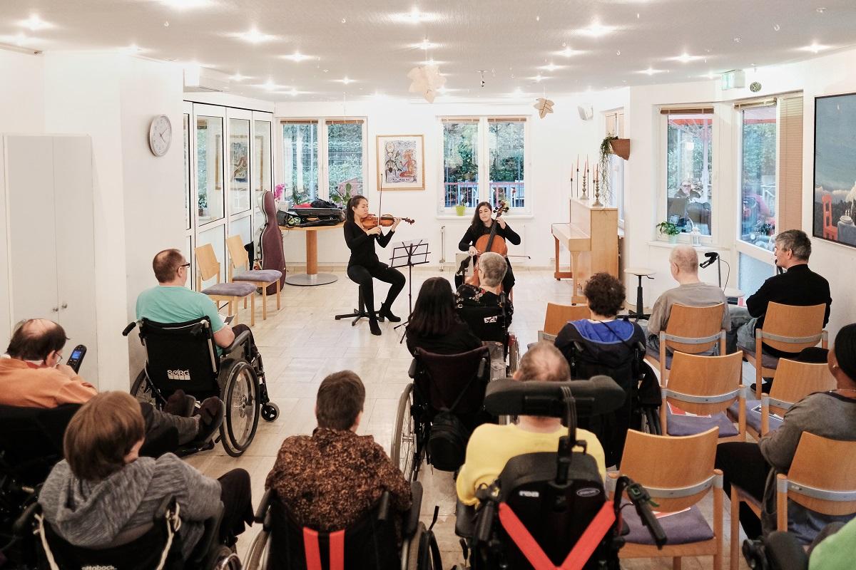 Die Einrichtung des Clarenbachwerks Köln im Stadtteil Müngersdorf wurde 1993 als Modellprojekt für junge Menschen begründet, die nach Unfall oder Krankheit pflegebedürftig sind. Benannt ist sie nach der mexikanischen Malerin Kahlo, die sich in ihren Bildern mit ihrer eigenen Behinderung auseinandersetzte.