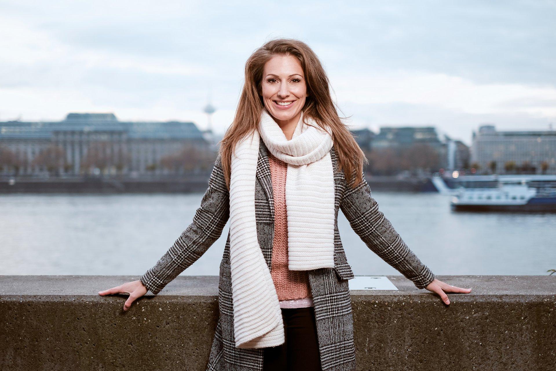 TV-Moderatorin Mara Bergmann am Kölner Rheinufer.