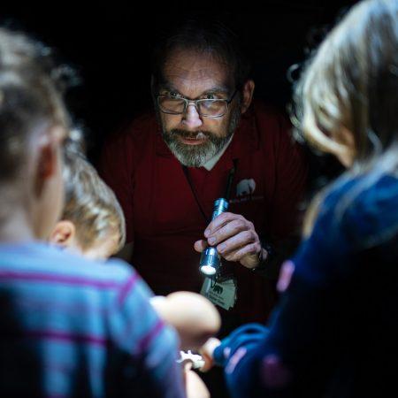 taschenlampenfuehrung-durch-das-aquarium-guenter-goetz-erklaert