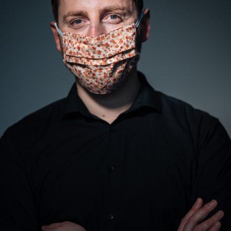 student-benjamin-mit-mund-nasen-maske