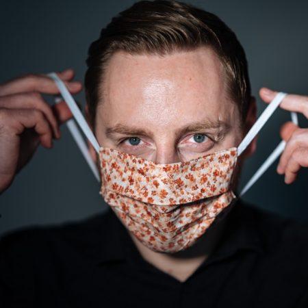 student-benjamin-zeigt-mund-nasen-masken