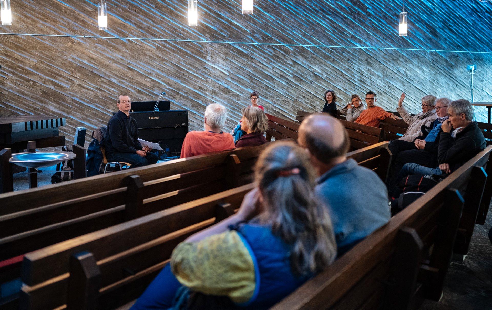 Besucher des Philosophischen Cafés in der Kulturkirche Ost in Köln