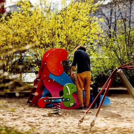 Vater und Kind auf einem Spielplatz in Sülz