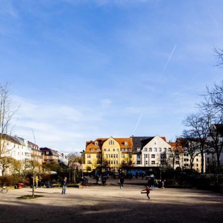 Spielende Kinder auf dem Auerbachplatz in Köln-Sülz