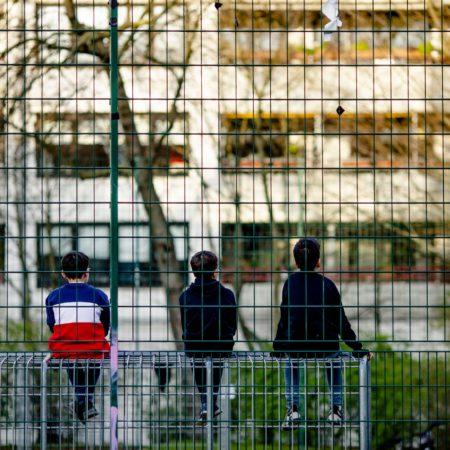 Kinder hinter Gittern? Der hohe Zaun umrahmt einen Spielplatz in Köln-Sülz.