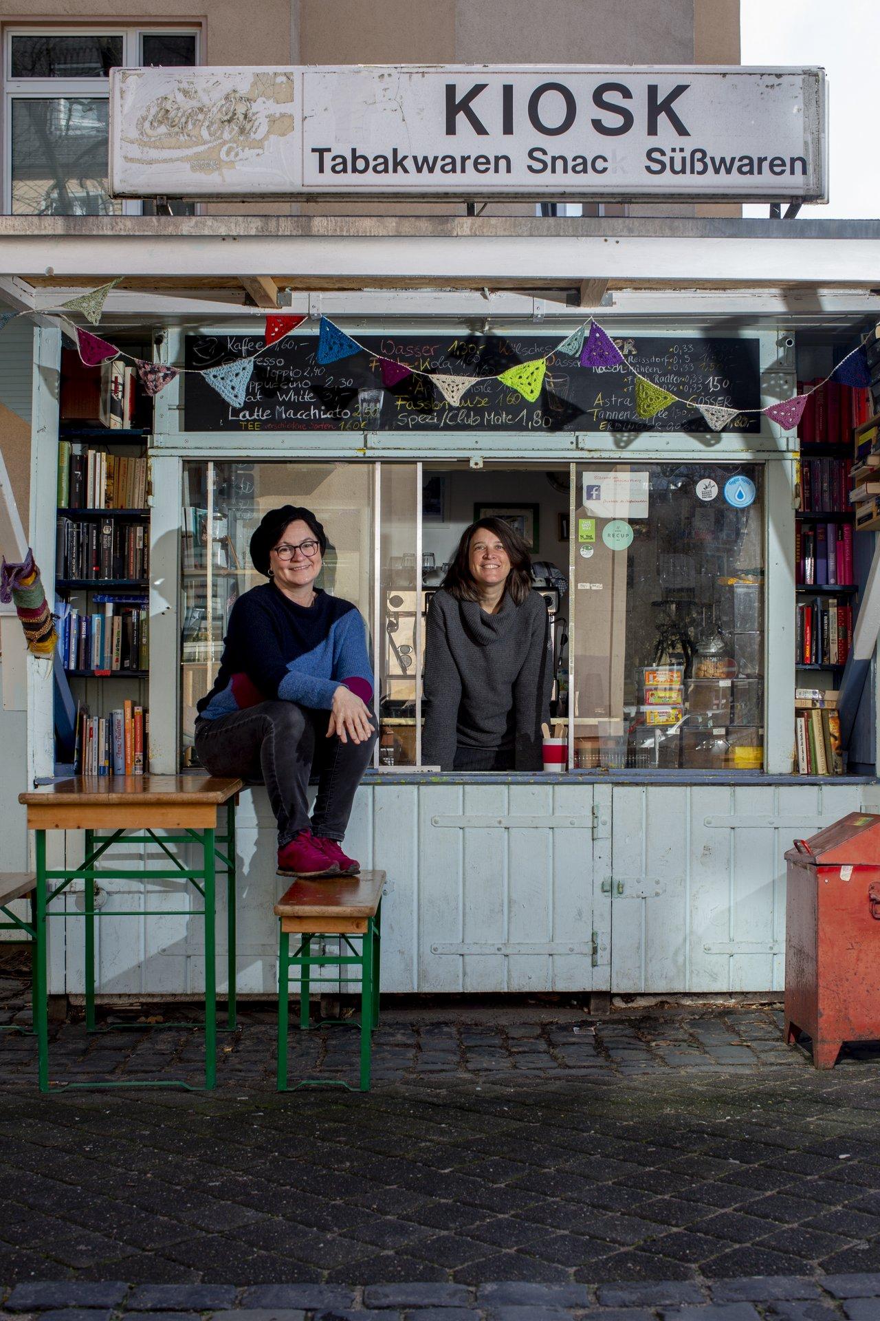 Zwei Sülz-Bewohnerinnen vor dem Büdchen am Nikolausplatz