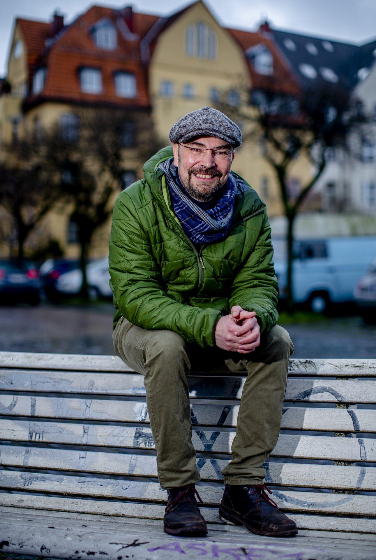 Stadtführer Bruno Knopp auf eine Parkbank in Köln-Sülz