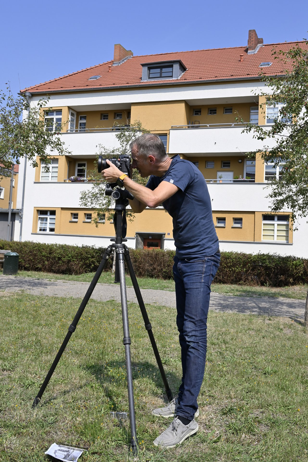 : Der Fotograf beginnt mit der Vermessung für die Nachstellung historischer Bilder in Köln.