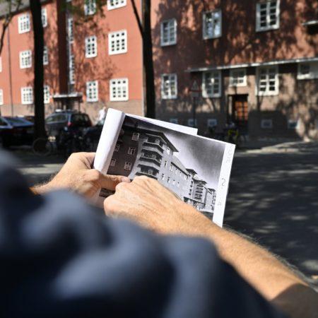 Ralf Berndt sucht nach der richtigen Stelle für die Nachstellung eines historischen Bildes in Köln-Ehrenfeld